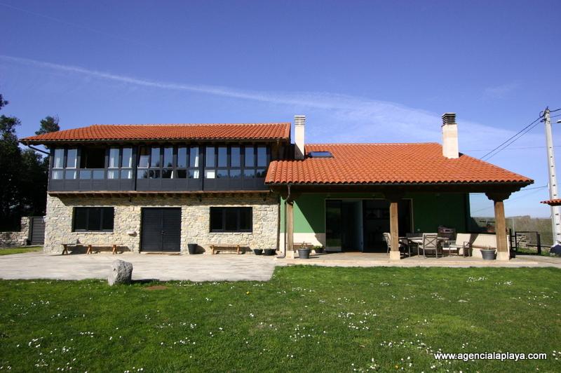 Vista frontal de la casa en Casares en Gijón