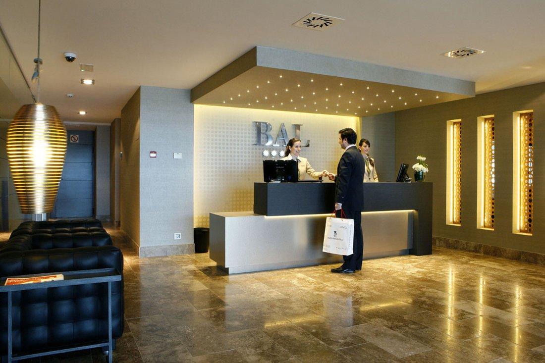 hotel-bal-recepcion-con-cliente
